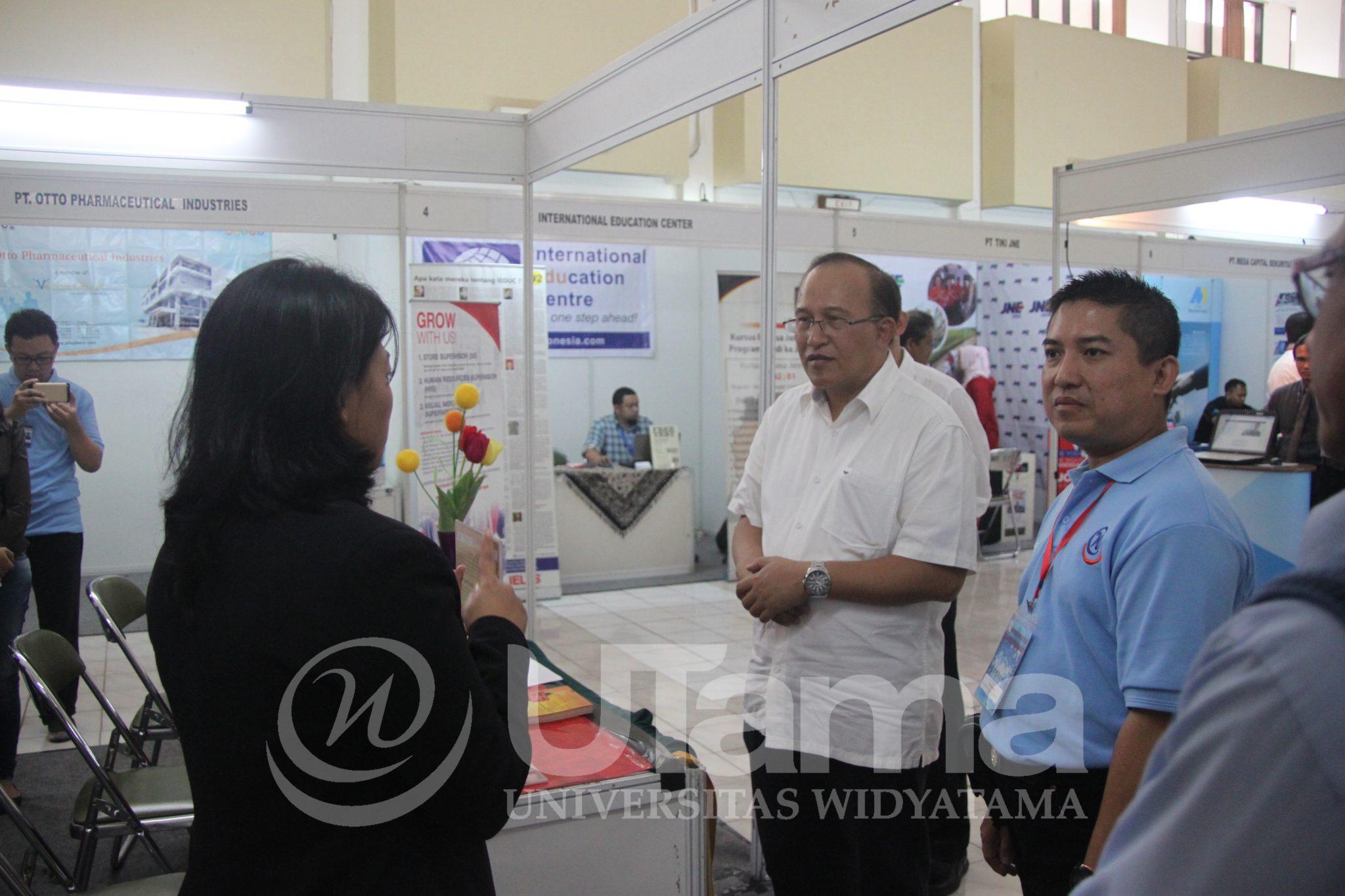 Kepala Disnaker Trans Provinsi Jawa Barat Buka Career Day UTama 2017