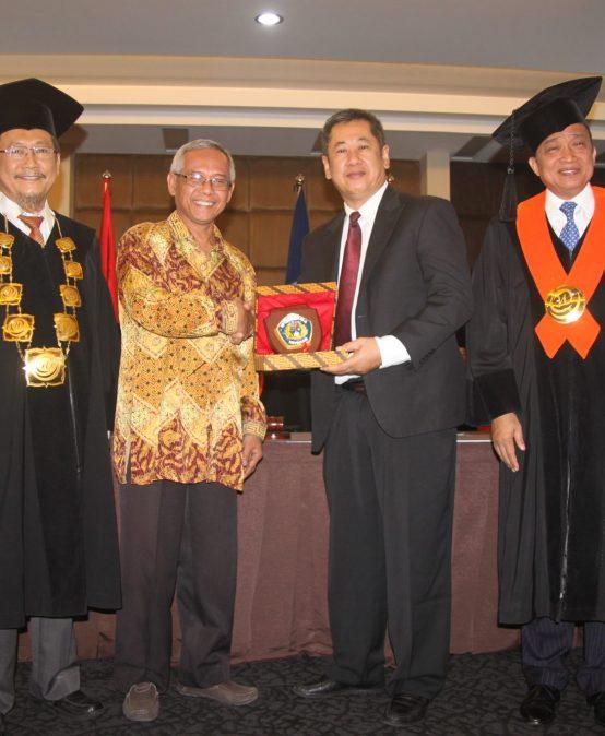 13 Mahasiswa Program Double Degree NPIC Kamboja Ikuti Prosesi Wisuda di Universitas Widyatama