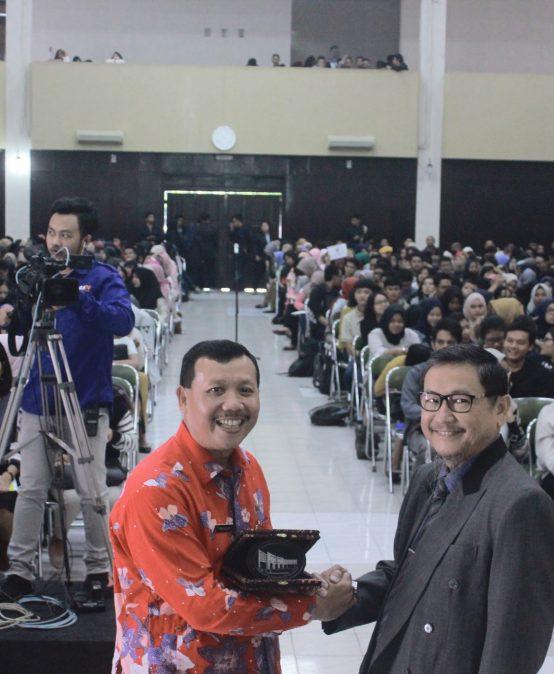 Sekretaris Daerah Jawa Barat Bagikan Rahasia Menhadapi Persaingan Global Kepada Mahasiswa di Universitas Widyatama