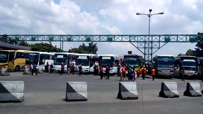 suasana terminal leuwipanjang minggu 27 des 2015 20151227 224241 - Transportation in Bandung