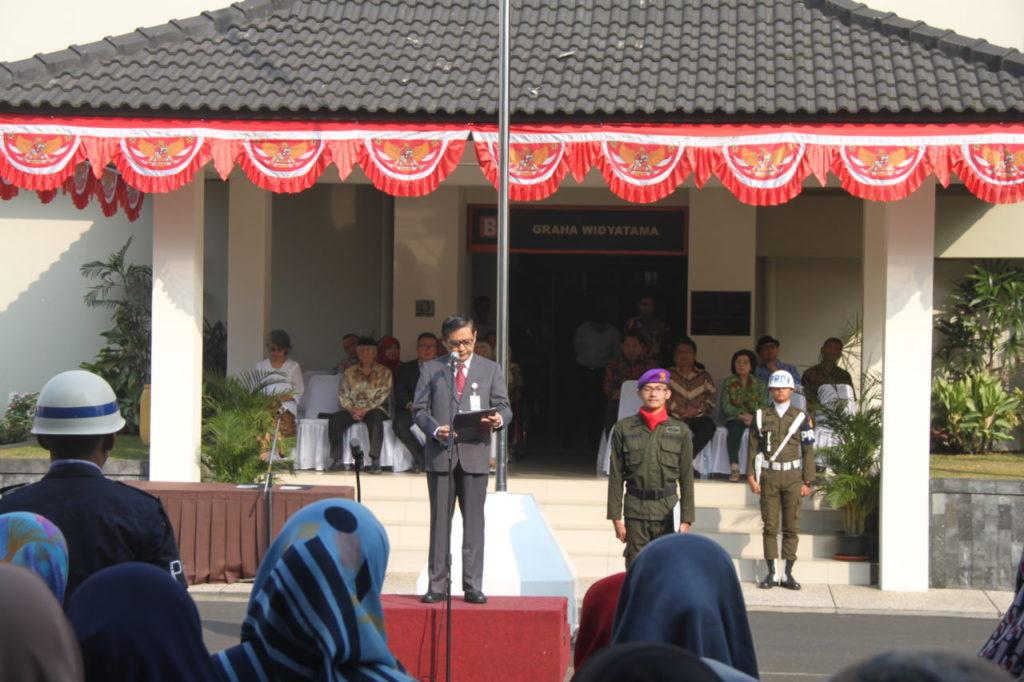 Rektor Universitas Widyatama (UTama) Dr. H. Islahuzzaman, S.E., M.Si., Ak., CA pada Upacara Bendera dalam rangka memperingati Hari Ulang Tahun Kemerdekaan Republik Indonesia ke-73 di pelataran Auditorium (GSG) Widyatama pada Jum'at, (17/8).