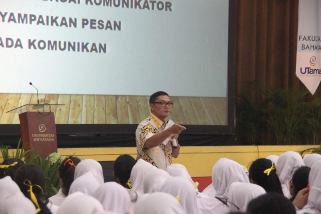 Prof. Obsatar Sinaga Memaparkan materi Public Speaking di Program Pengenalan Universitas (PPU) Widyatama di Gedung Auditorium (GSG) pada rabu 29 Agustus 2018