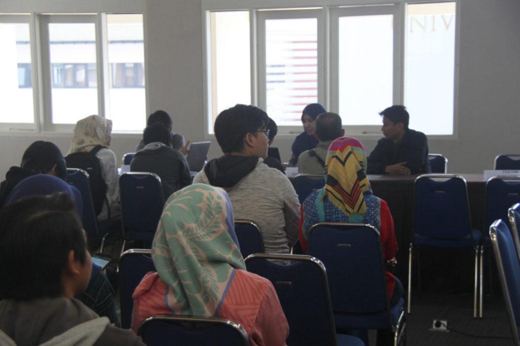 "Rabu (25/7) Fakultas Teknik Universitas Widyatama selenggarakan sharing & counseling di Ruang Rapat Rektorat Gedung A lantai 2 dengan audiens calon mahasiswa baru berserta orangtua. Acara yang bertemakan ""How to Get Career As An Engineer"" ini bertujuan untuk memperkenalkan kepada khalayak ramai bahwa saat ini Fakultas Teknik Universitas Widyatama khususnya Program Studi baru telah menjalin kerjasama ""terstruktur"" dengan dua institusi yakni PT. Dirgantara Indonesia dan Asosiasi Ikatan Ahli Konstruksi Indonesia (IAKI)."