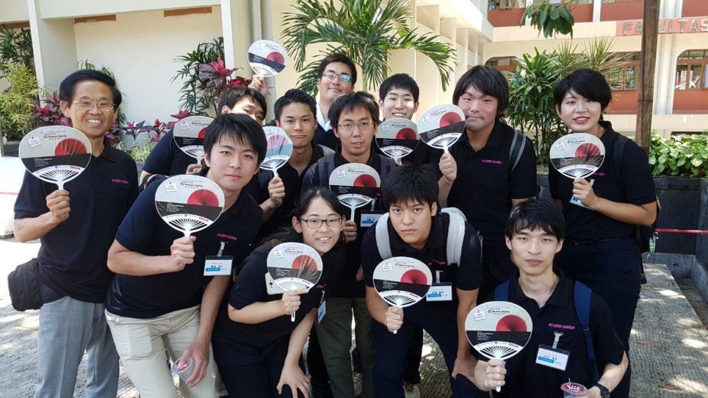 Senin (3/9) Program Studi Bahasa Jepang Universitas Widyatama menerima kunjungan dari 11 mahasiswa asal Jepang dalam rangkaian program internship mahasiswa Jepang ke Indonesia. Kegiatan ini diinisiasi oleh Mr.Watanabe Akira selaku CEO Wata Sunrise dan Dinda G. Ranadireksa, M.A., Ph.D. Para mahasiswa dari Jepang dan mahasiswa Prodi Bahasa Jepang S1 dan D3 berinteraksi di dalm kelas, berdiskusi mengenai budaya kedua negara dan dipandu langsung oleh mahasiswa Bahasa Jepang Widyatama untuk berkeliling di area kampus.