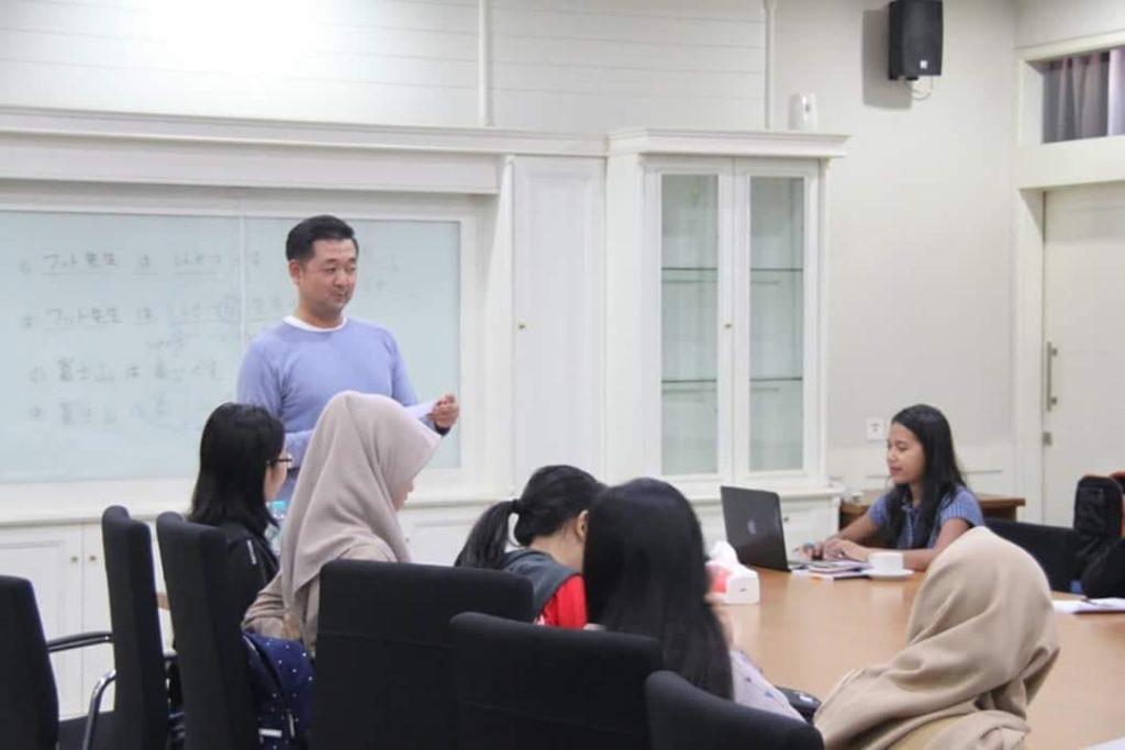 "Program Studi Bahasa Jepang Universitas Widyatama terus menerus memberikan ""bekal"" kepada mahasiswanya aga siap berkiprah dan bersaing untuk berkarir di Negeri Sakura. Salah satu program pembekalan yang diberikan yakni berupa bimbingan JLPT bagi mahasiswa Prodi Bahasa Jepang Universitas Widyatama yang diselenggarakan sabtu (22/9) bertempat di ruang rapat graha lantai 1. Hadir pada kegiatan tersebut Mr. Takashi memberikan bimbingan kepada belasan mahasiswa Program Studi S1 dan D3 Bahasa Jepang Universitas Widyatama."