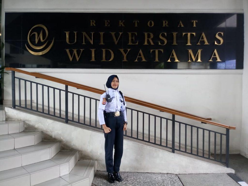 Menjalani profesi sebagai satpam, Annur Sari (20) wanita asal Kota Bandung itu kini berkesempatan mengenyam bangku kuliah secara gratis di tempatnya bekerja di Universitas Widyatama.  Wanita kelahiran Bandung, 15 Agustus 1998 itu mengaku pernah dipanggil oleh pihak kampus untuk ditawari melanjutkan ke jenjang sarjana secara gratis.