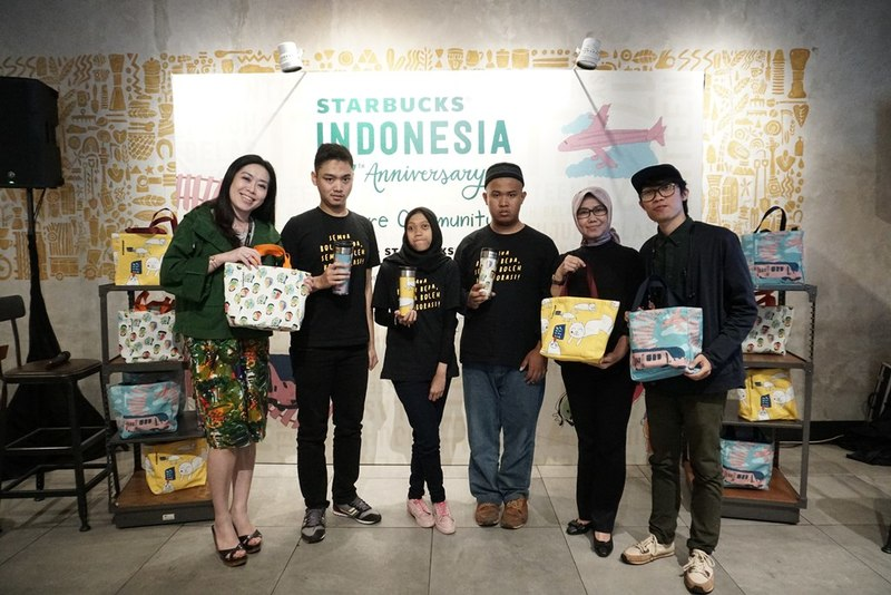 Dari kiri ke kanan, Firli Heriana (pendiri The Special ID), Anne Nurfarina (Direktur Art Therapy Center Widyatama), tiga anak ABK pelukis desain tas dan tempat minum, Fatur Ridho, Claudia Panca, Hendra Gunawan, dan Liryawati (chief marketing officer Starbucks Indonesia).