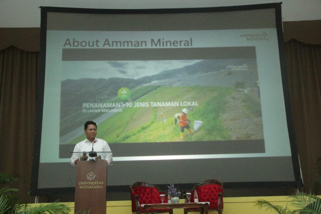 Presiden Direktur PT Amman Mineral Nusa Tenggara (PT AMNT), Rachmat Makassau, memberikan kuliah umum kepada ratusan mahasiswa di Universitas Widyatama