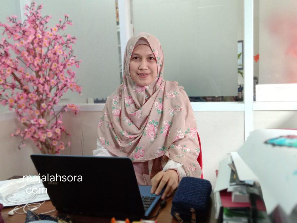"Hety Sekretaris Prodi Bahasa Jepang Fakultas Bahasa Universitas Widyatama PkM SMAN 16 Kota Bandung 1024x768 - Siswa SMAN 16 Kota Bandung Jadi Tahu Keunikan ""Negara Sakura"" Dari Prodi Bahasa Jepang Universitas Widyatama"