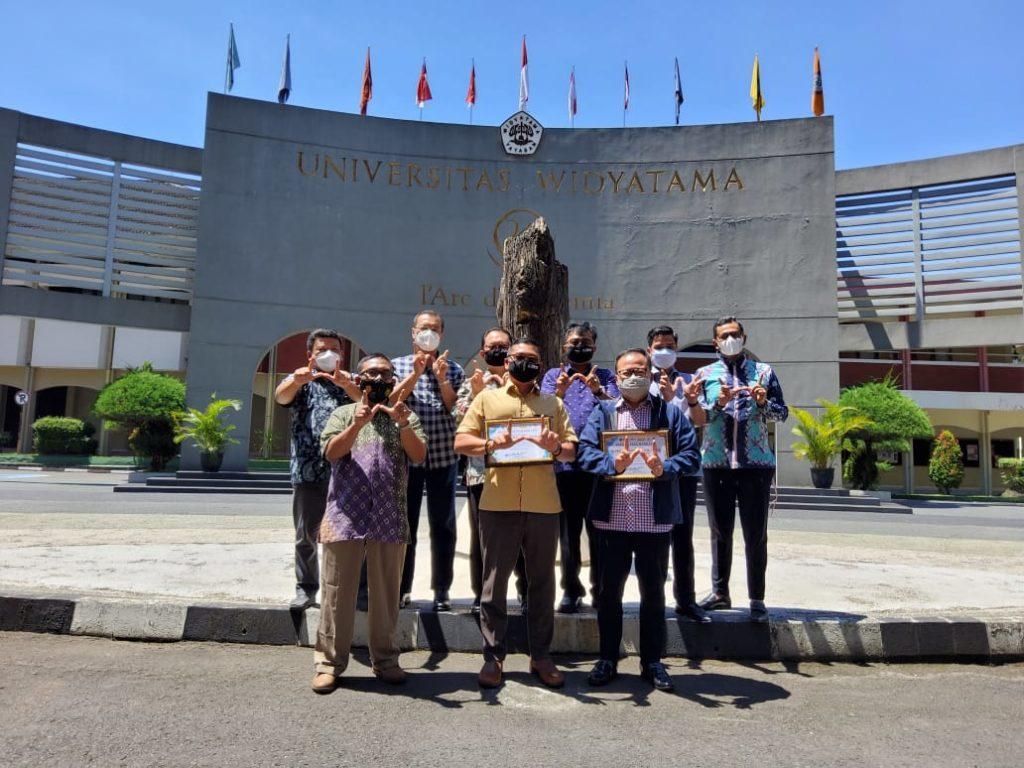 Komunitas Bandung Sehat Cerdas Memberikan Penghargaan Kepada Rektor UTama dan Ketua Yayasan Widyatama