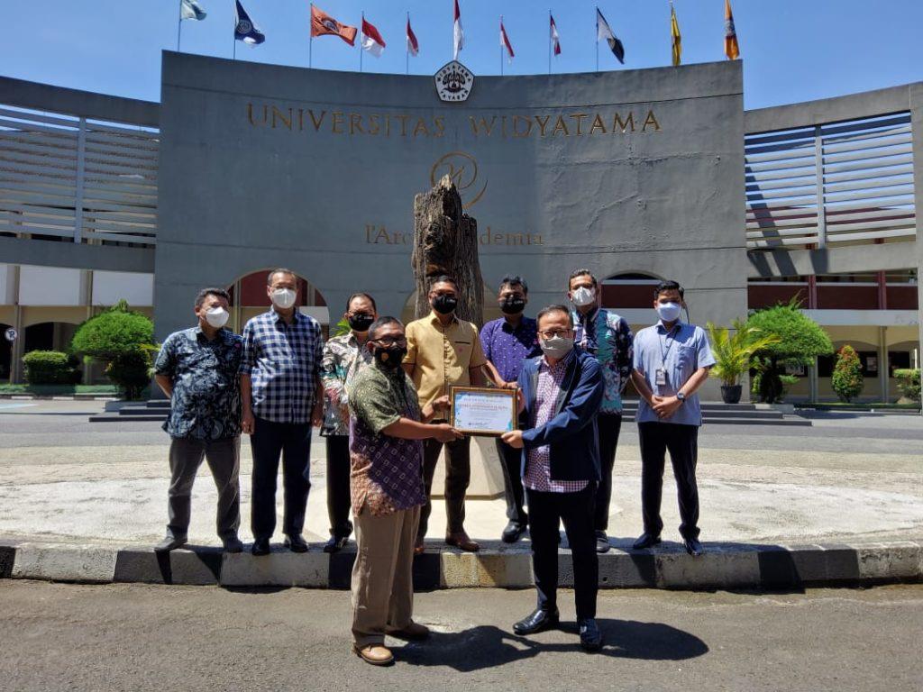 WhatsApp Image 2021 04 23 at 10.11.31 1024x768 - Komunitas Bandung Sehat Cerdas Memberikan Penghargaan Kepada Rektor UTama dan Ketua Yayasan Widyatama