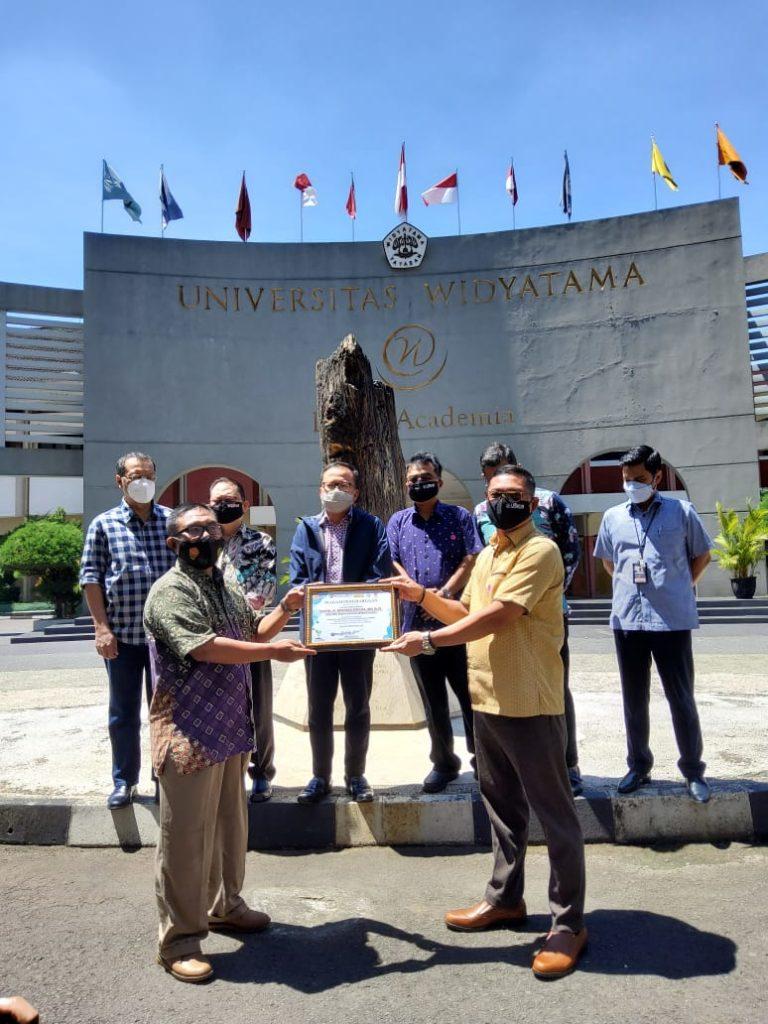 WhatsApp Image 2021 04 23 at 10.11.34 768x1024 - Komunitas Bandung Sehat Cerdas Memberikan Penghargaan Kepada Rektor UTama dan Ketua Yayasan Widyatama