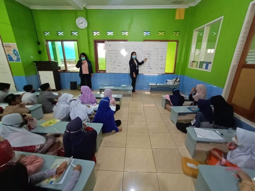 Mahasiswa UTama, Memberikan Pelajaran Bahasa Inggris Bagi Santri Madrasah Al Istiqomah